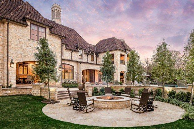 maison-grandiose-terrasse-circulaire-en-pierre