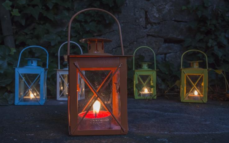 08095616-photo-lanterne-coloree-eclairage-jardin