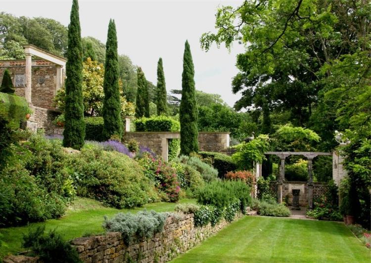 jardin-pente-pergola-pierre-gazon-arbuste-cyprès